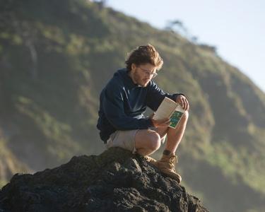 membaca buku yang menjadi sumber inspirasi saat senggang