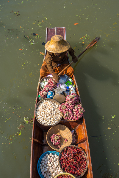 Pasar terapung tradisional di Thailand.